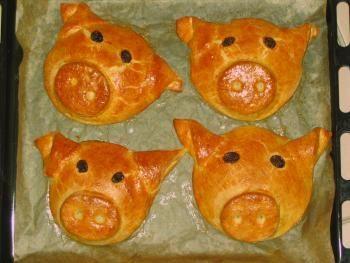 """Friedas Hefeschnecken als gefüllte Glücksschweinchen + + + einen Kreis als """"Unterlage"""" ausgestochen, in die Mitte (ähnlich wie bei Ravioli oder Maultaschen) einen dicken Klecks Füllung gegeben und den 2. Kreis - verziert mit Nase, Augen und Ohren - mittels Eistreiche festgeklebt. Obwohl die Ränder nur leicht angedrückt wurden, sind die Schweinchen ganz dicht geblieben und es ist keine Füllung ausgelaufen!"""
