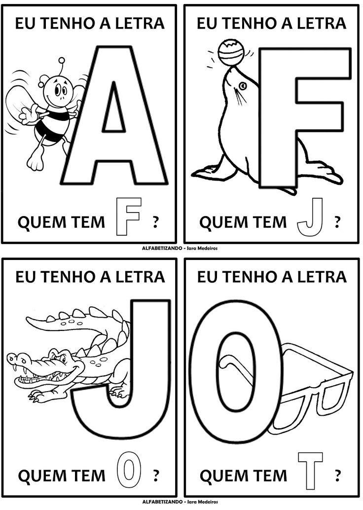 Atividade de rodinha com alfabeto. Cada criança fica com um cartaz e a professora começa com a letra A.                         Fonte: Alfab...