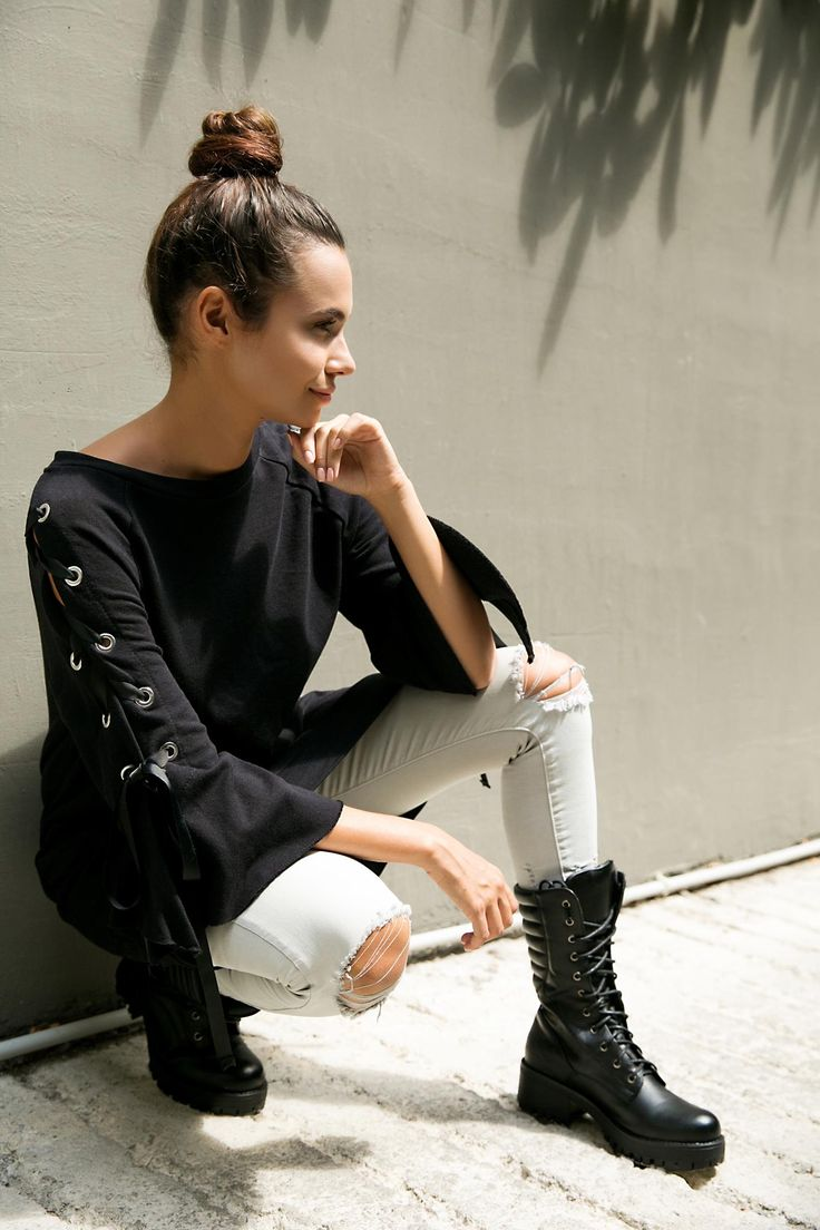 Long ribbon sleeve sweatshirt. Round neck and 3/4 bell sleeves. 97% Cotton. 3% Elastane. https://www.modaboom.com/fouter-me-kordeles-mauro.html