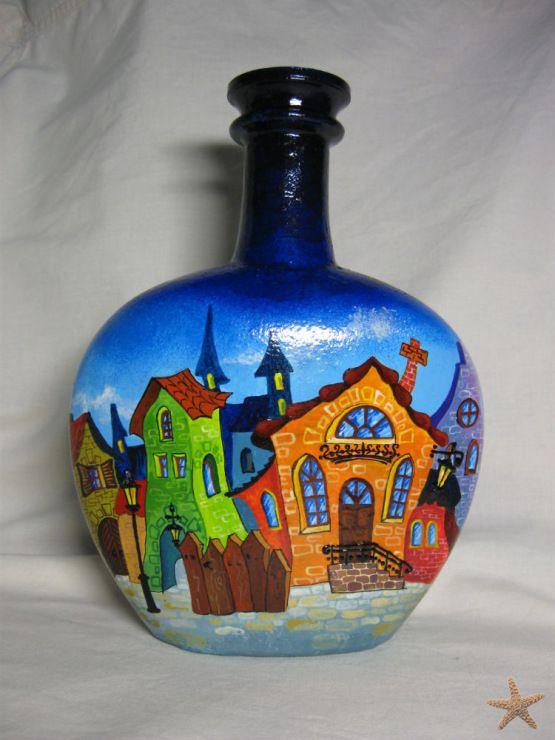 Вам потребуются: - бутылка необычной формы;- черная и цветная гуашь;- кисточки;- лак (мебельный или паркетный). Удалите с бутылки этикетки и наклейки. Покрасьте бутылку черной гуашью. После высыха…