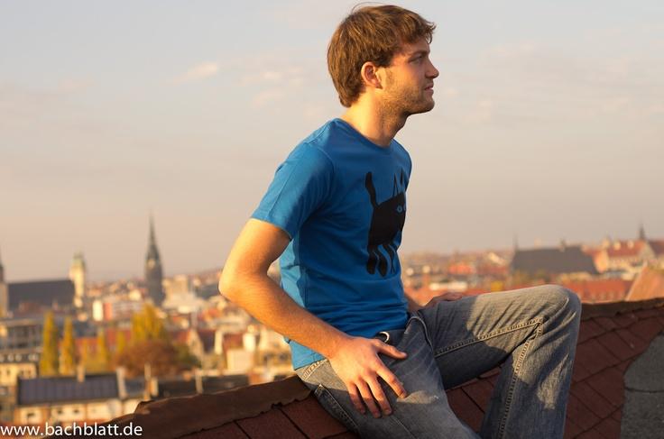 A Shooting on the roof: the Cat T-Shirt from Thokk Thokk on Bachblatt! http://www.bachblatt.de/Maenner/Shirts/THOKKTHOKK-Cat-T-Shirt-blau.html
