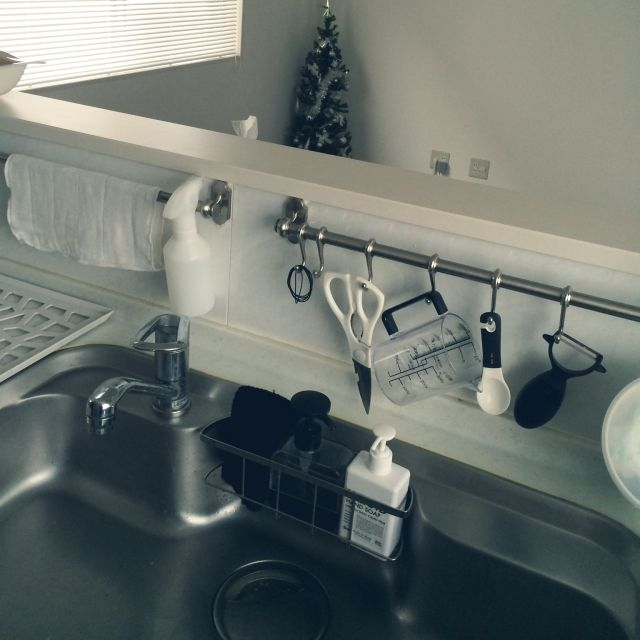 、家族住まいのキッチン L字型/お掃除強化中/整理整頓/IKEA/白黒グレー/シンプルモダン…などについてのインテリア実例を紹介。「IKEAのレールを増殖しました♡これで濡れ布巾も居場所が決まり一安心です。リビングからは全く見えないし機能的で使いやすくなりましたψ(`∇´)ψ」(この写真は 2014-11-18 09:21:27 に共有されました)