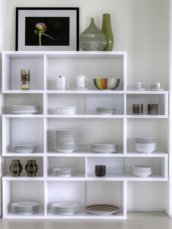 London Reol - hvid/hvid - Flot asymmetrisk reol i fem sektioner. Reolen er i en lækker lakeret hvid og har i fem af hylderummene hvid bagbeklædning - de øvrige rum er uden bagbeklædning. Det moderne og minimalistiske design er perfekt i det stilrene hjem med et funky twist.