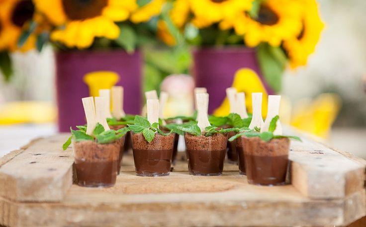 Brigadeiro de copinho imita planta com terra (brigadeiro + biscoito moído + hortelã)