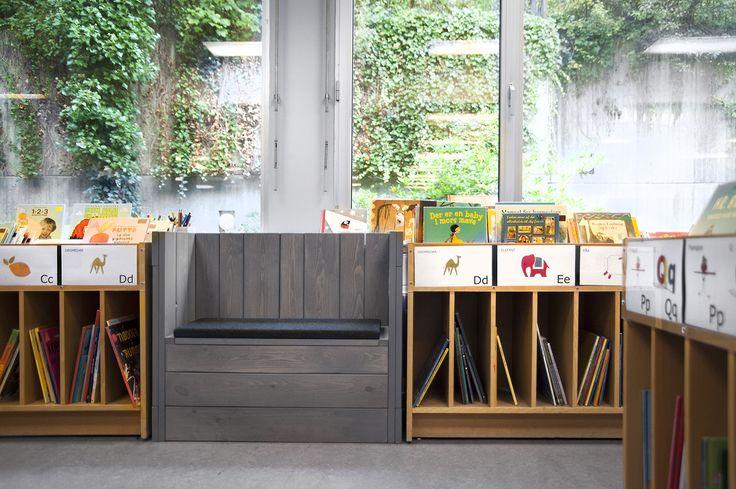 Um die Kleinen zu inspirieren, dass sie wiederkommen, um in Ihrer Bibliothek zu lernen und zu spielen, ist es wichtig, dass eine Kinderbibliothek farbenfreudig und aufregend ist. Für uns stellt eine Kinderbibliothek die Gelegenheit dar, eine magische Welt der Entdeckung zu schaffen, indem man die Fantasie der Kinder durch mutige Farbgebung, lustige Graphiken und Spezialmöbel fesselt.  Ein Kind ist möglicherweise ein neuer Bibliotheksbenutzer, aber eine perfekte Kinderzone kann derart…
