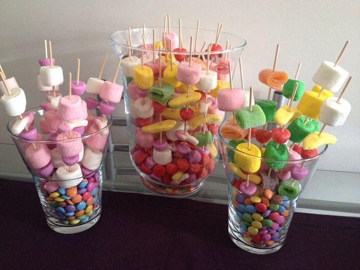 Brochettes de bonbons ton rose et multicolores sur nid de smarties