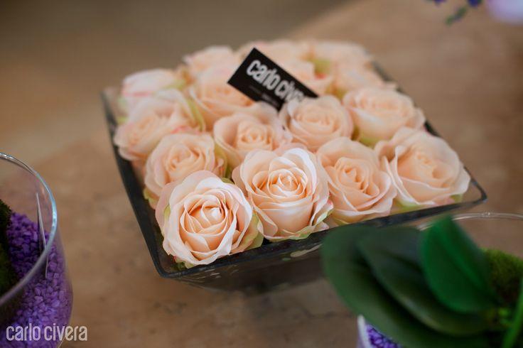 Composizione di rose rosa in vaso di vetro. carlocivera.org #rose #vetro #design #arredamento #composizione