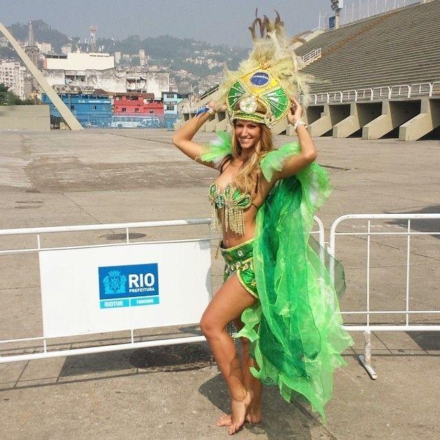 """Esposa de Witsel, da Bélgica, faz turismo no Rio de Janeiro   Rafaella Szabo tem aproveitado todos os instantes no Brasil. Acompanhando de perto o marido Axel Witsel, da Bélgica, na Copa do Mundo, a beldade escolheu o Rio de Janeiro como """"base"""" no Mundial. E tem explorado cada cantinho da Cidade Maravilhosa. Primeiro, conheceu o Sambódromo, vestiu-se com as tradicionais fantasias do Carnaval carioca e brincou com as amigas."""