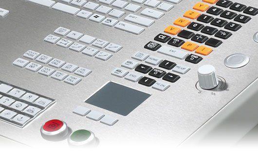 I controlli numerici HEIDENHAIN TNC sono impiegati da oltre 35 anni su fresatrici, centri di lavoro, foratrici e alesatrici in tutto il mondo.  Il TNC 640 amplia ora la gamma di impiego dei controlli numerici TNC nel settore della lavorazione completa.  Il TNC 640 è particolarmente indicato per l'impiego su centri di fresatura-tornitura, e può essere impiegato anche per lavorazioni HSC e a 5 assi su macchine con fi no a 18 assi.