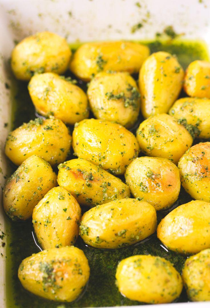 Patatas con pesto vegano - Estas patatas asadas con pesto están para chuparse los dedos. Son perfectas para ocasiones especiales y si las preparas vas a triunfar seguro.