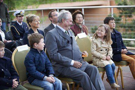 Prince Henrik at Copenhagen Zoo with his grandchildren - Photo 2