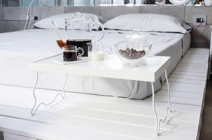 Vassoio da letto con supporti pieghevoli realizzato da Seletti. Disponibile in due versioni.