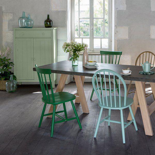 Si le sol du style campagne chic est plutôt sombre, on mise, pour les murs et le mobilier, sur des couleurs plutôt claires et lumineuses. Oubliez les couleurs trop vives et les fluo, pour un esprit chic, misez sur les pastel et les tons froids. Ainsi, un assortiment de chaises peintes dans un joli camaïeu de bleu doux ira à merveille dans votre salle à manger campagne chic, tandis qu'un mur vert d'eau dans la cuisine confèrera à la pièce la douceur d'une maison de campagne.