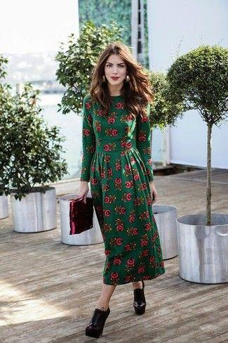 Look de moda: Vestido Midi de Flores Verde Oscuro, Botines con Cordones de Cuero Burdeos, Cartera Sobre de Cuero Burdeos, Pendientes Dorados