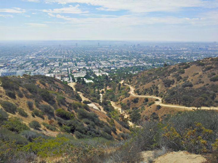 Pohodový začátek sebevražedného hiku. Vzhůru do kopců a nechat za sebou Hollywood i Beverly Hills. Čím výše, tím méně lidí. Čím výše, tím více tepla. Peklo!