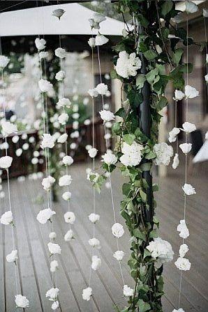 Decoración colgante con flores blancas para la entrada o cualquier rincón en una boda