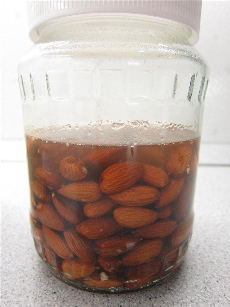 Mandulatej készítése házilag. Egyszerű és könnyen elkészíthető, frissítő ital, önmagában is fogyasztható vagy más italok ízesíthetők vele.
