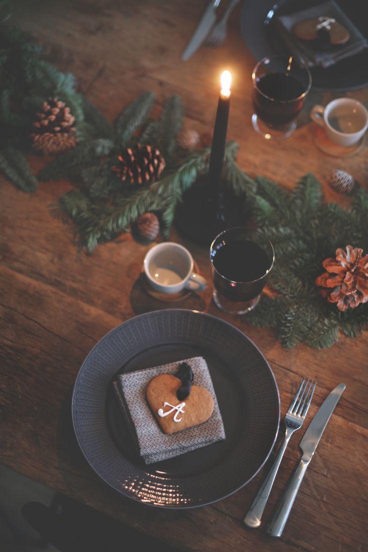 Christmas table setting, decor. Mörkgrå rörstrand-swedisg grace tallrikar/skålar. Granris, kotte, ljus