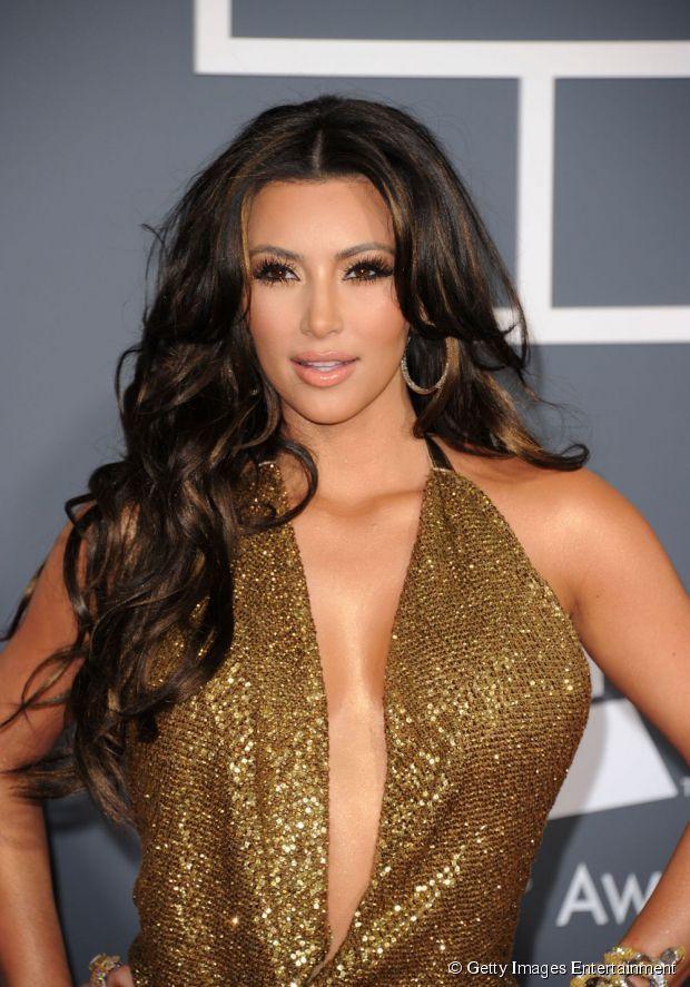 Kim Kardashian usou mechas marcadas para criar um visual sensual