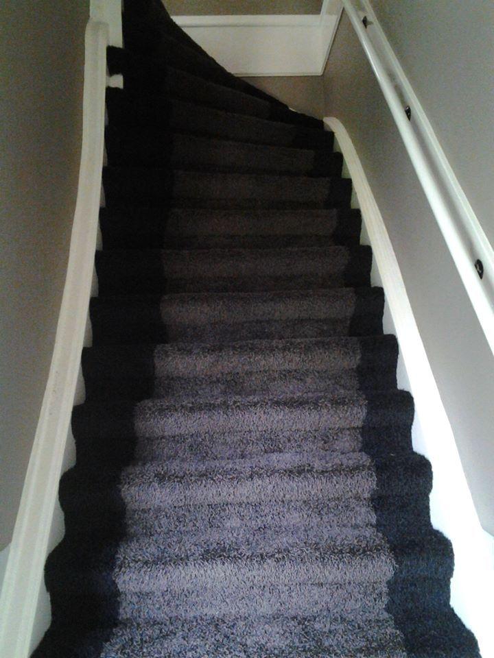 Knap gedaan door onze stoffeerders, een trap tapijt met bies.