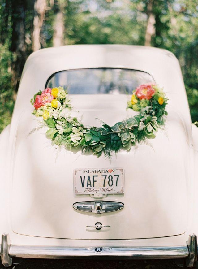Mooie bloemversiering op de achterkant van de trouwauto #trouwauto #bloemenkrans #decoratie #versiering #alternatief  Decoratie voor je trouwauto, laat je inspireren!   ThePerfectWedding.nl   Fotocredit: Odalys Mendez Photography