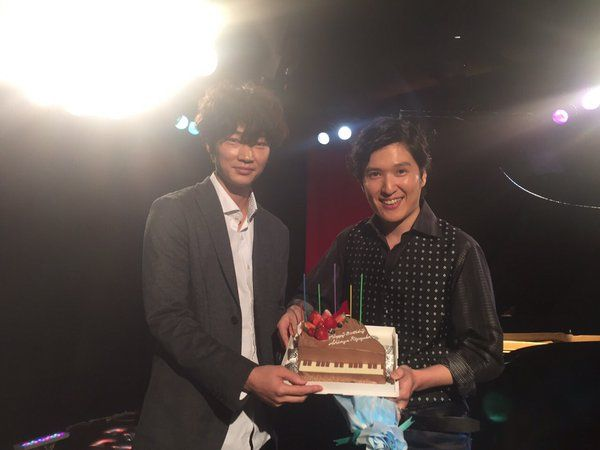 今日のロケではピアニストの清塚信也さんのお誕生日をお祝いしました‼️ コウノドリ特製、ピアノのケーキです‼️   #コウノドリ  #綾野剛  #清塚信也