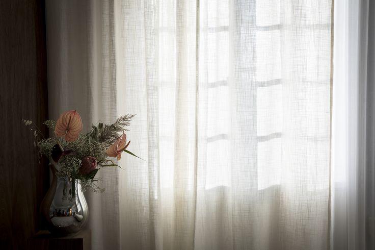 Gardinglamour - Gotain Linnegardiner i benvin. Linnet är spunnet i flera lager för att skapa ett tyg med tungt och generöst fall som vågar sig fint som gardin. För att se fler bilder av denna gardin besök oss på www.gotain.com - Vi gör det enkelt att beställa skräddarsydda gardiner! #Gotain #gardin #gardiner #linnegardin #linnegardiner #interiör #interior #home #curtain