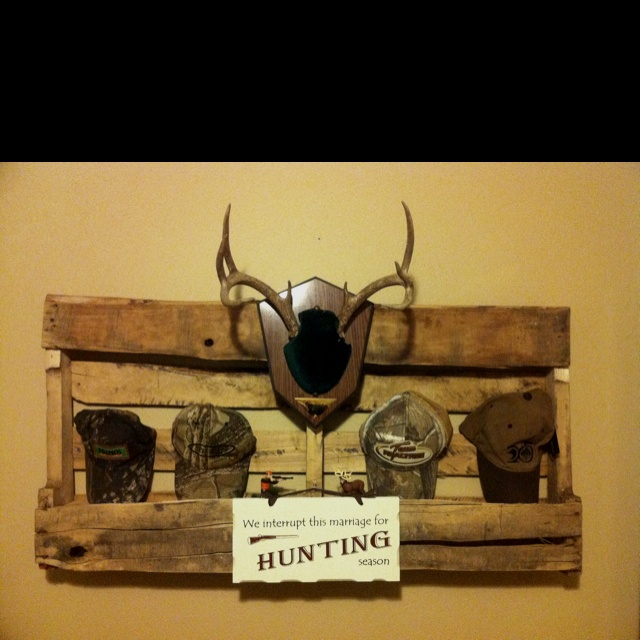 wall decorshelf for hunting room made from an old pallet. Interior Design Ideas. Home Design Ideas