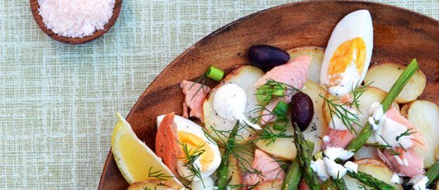 Healthy salade van geroosterde aardappels met gerookte zalm en groene asperges