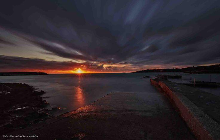 Caletta Toscana è una fotografia realizzata da Paolo Garzella, e raffigura un tramonto sul mare, ci troviamo più precisamente nel litorale livornese - from 115€