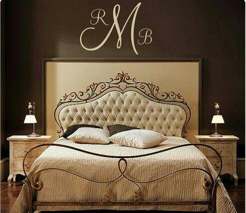 Bed momumental classic brown and beige. Cama clasica muy ornamentada con habitaciin en colores cafe y beige muy elegante