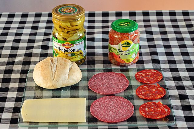 Zo maak je zelf thuis een heerlijke Italiaanse bol met kaas, salami, chorizo, rauwkost en pepertjes.