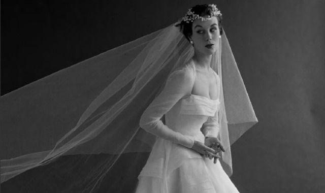 La moda nupcial ha pasado por múltiples etapas y sus cambios son también un fiel reflejo de la sociedad del momento. Un libro recoge los últimos 300 años de la historia del vestido de novia.