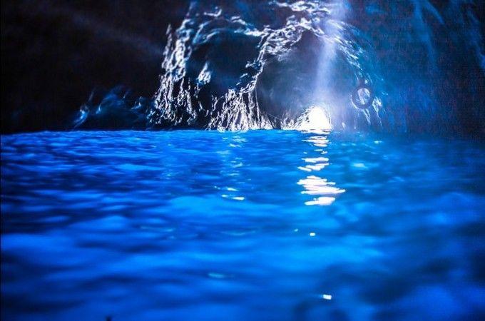 一度は行きたい人気の観光地、イタリアのカプリ島。ナポリから船で一時間のこの島は、青の洞窟で有名な美しい島です。