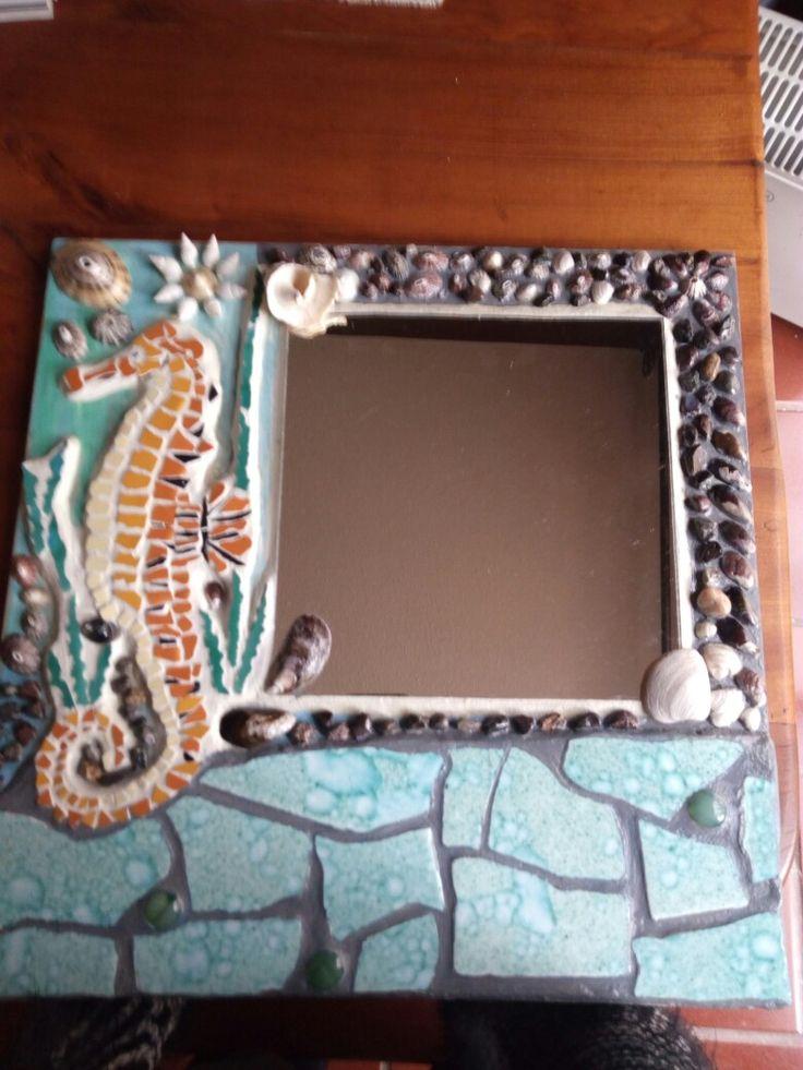 Mosaico con conchitas,piedras y cerámicas.