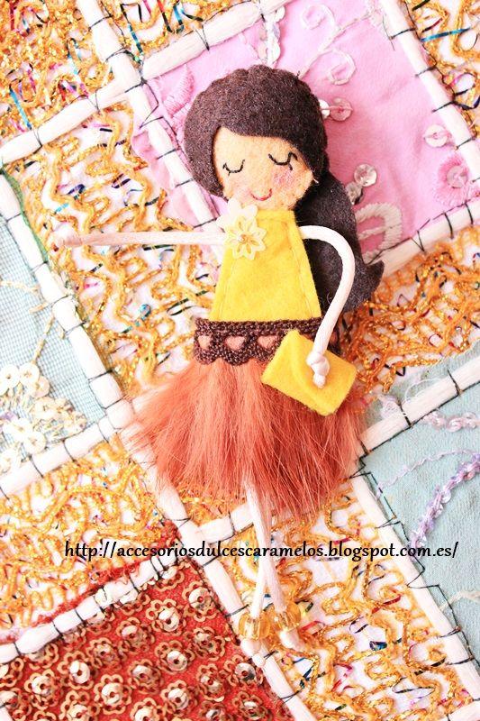 http://accesoriosdulcescaramelos.blogspot.com.es/2014/04/munecas-de-fieltro-falda-de-plumas.html Dolls Felt Brown and Yellow, Muñeca de fieltro colores tierra