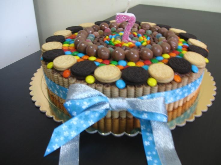 Rica Torta decorada con Golosinas y Galletas