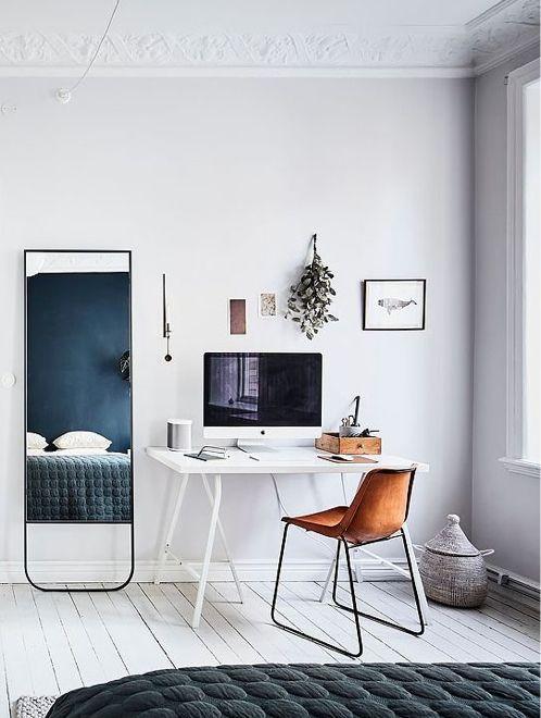 Leren eetkamerstoel aan wit metalen bureau - bekijk en koop de producten van dit beeld op shopinstijl.nl