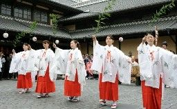 山鹿温泉祭で、さくら湯前で披露された湯壽の舞=山鹿市