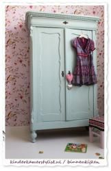 pretty wallpaper and colour of this wardrobe