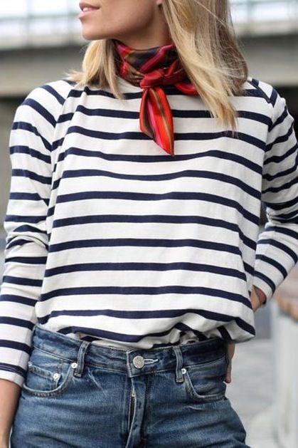 Marisa: C'est un belle chemise blanche et bleu long de rayure, avec un très chic écharpe rouge et noir de plaid! De puis la chemise et l'écharpe est confortable avec les jeans denim.