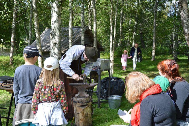 Käsityötaitajat esittelevät osaamistaan juhlapäivänä. Luuppi, Oulu (Finland)