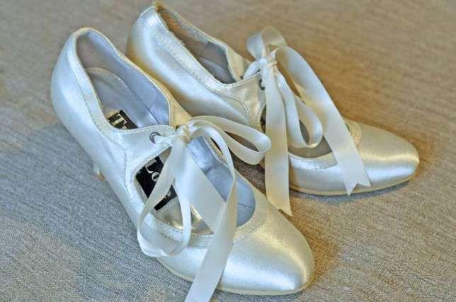 127 zł: Piękne buty ślubne   kolor: kość słoniowa rozmiar: 38 - 39 stan: NOWE, nigdy nie używane  Zakupione w UK wyjątkowej urody buty ślubne. Będą się doskonale komponować z krótkimi sukniami ślubnymi ...