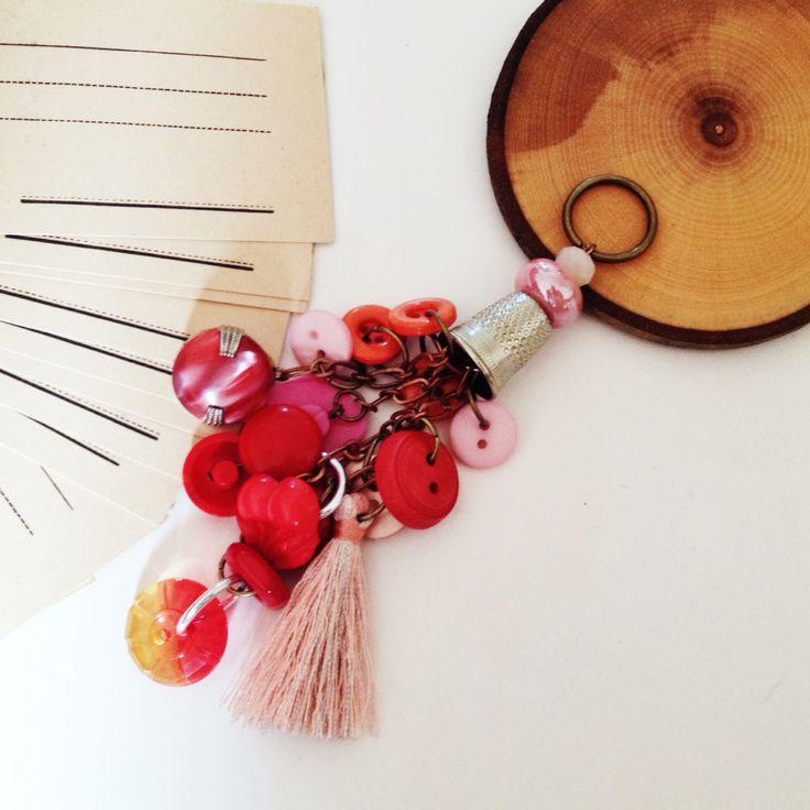 VENDUTO Amuleto realizzato con bottoni vintage rossi e rosa e nappina in seta.