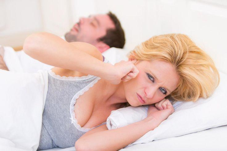 Si le ronflement n'empêche pas le ronfleur de dormir, c'est souvent loin d'être le cas pour son/sa partenaire. Découvrez sept astuces pour réussir à dormir ou se rendormir malgré les ronflements.