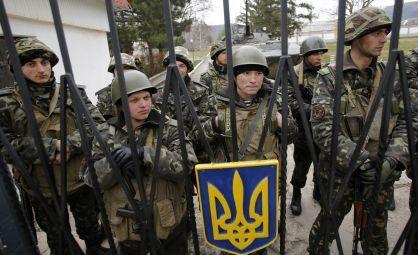 Militares ucranianos protegen la base de Perevalnoye. / DARKO VOJINOVIC (AP)