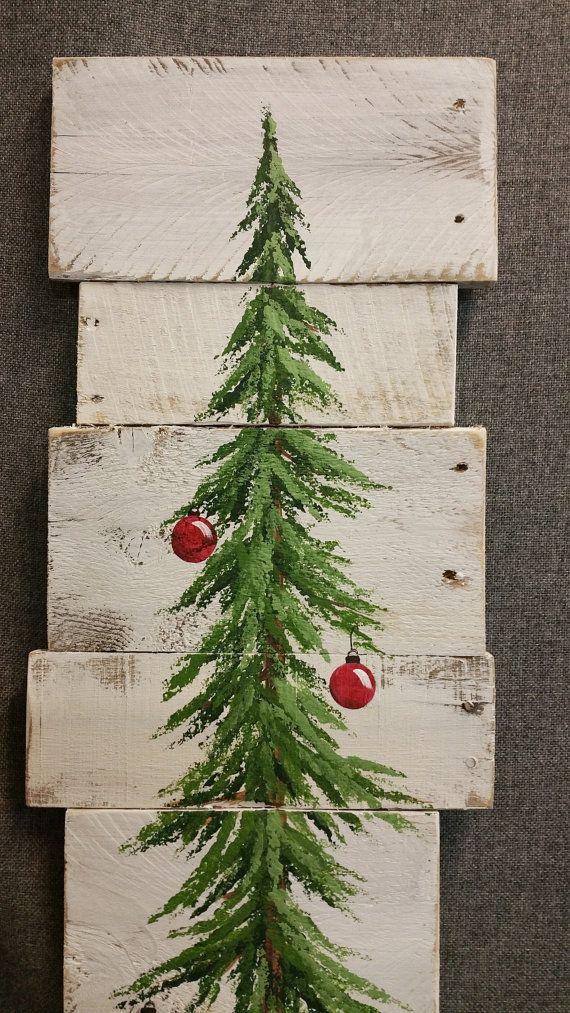 Vous n'avez pas de sapin ? Peignez-le sur quelques planches en bois peintes en blanc dans un esprit cérusé. Puis peignez les boules rouges et le sapin bien vert. Un décor de Noël à ressortir chaque année.