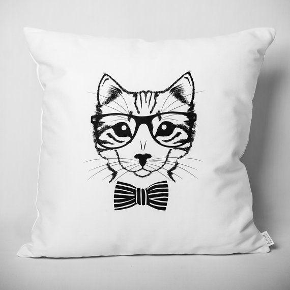 Ce chat intello vous regardera droit dans les yeux. Positionné sur un canapé, un fauteuil, une banquette ou un lit, il n'y laissera aucun poil. :) - Coussin imaginé et fabriqué au Québec. - 20'' x 20''