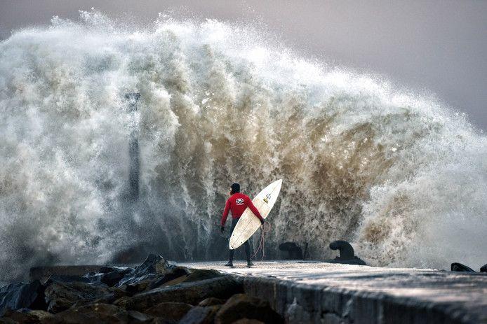 Topsurfer Al Mennie wacht voor de kust van Coleraine (Noord-Ierland) even een goed moment af.