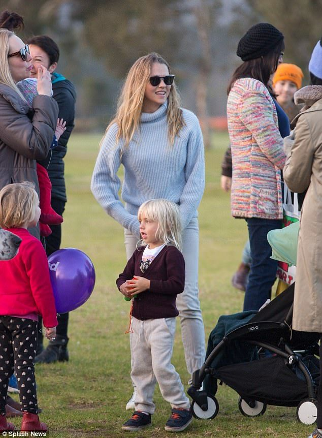 Teresa palmer steps out with family in adelaide teresa for Topsoil adelaide